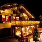 Снаружи ресторан украшен сказочной подсветкой