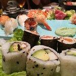 Bandeja de variedad de sushi para todos los gustos