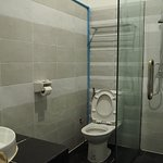 浴室、トイレ。広いが水回りは改善が必要。