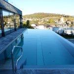 la piscine extérieure avec la vue sur le lac