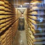 El estacionamiento de los quesos y su control a temperatura ideal.