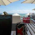 Area del restaurante que ofrece comida y bebidas en la playa