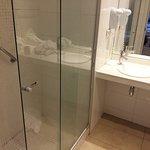 Banheiro limpo e espaçoso, água quente