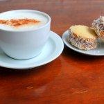 Cafe y alfajores