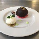 Dôme chocolaté, biscuit de Reims, glace yahourt