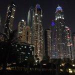 Skyline hinter dem Hotel am Abend ...