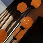 Viele geschmackvolle Details, wie z B. die Stehleuchte, deren Lampen Straußeneiern nachempfunden