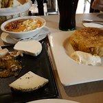 Salmorejo, media ración de quesos y media de tortilla de patatas