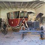 馬車と馬車小屋。道具もずらり。