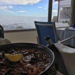 Nos recomendaron ir para probar su paella y nos encantó: magníficas vistas al mar, personal aten