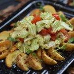 Картофельные дольки с томатами черри под горчичным соусом
