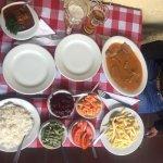 Los platos principales con el acompañamiento que vienen, abundante