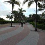 senda para caminatas, ciclistas y patinadores