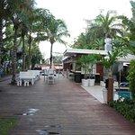 vista desde el acceso de playa hacia el hotel. a la derecha esta la piscina climatizada con hidr