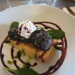 Tarte fine aux échalotes et son boudin Catalan, crème fouettée au lard, confiture de vin et pous