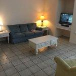 Sala de estar, bem diferente das fotos anunciadas no AirBnb