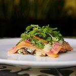 Tiradito de salmón con papa y hoja de aguacate