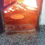 Uma massa pré assando em nosso forno a lenha.