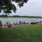 صورة للبحيرة من الحديقة أثناء مسابقة كانو بين الجامعات اليابانية