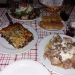 Σαλάτα με σταμναγκάθι και απάκι, κρεατόπιτα, καλτσούνια (με χόρτα και με τυρί), χοιρινό με φέτα