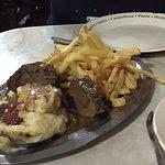 Carne con puré y papas fritas