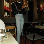 Un saxo acompaña la cena con buena música
