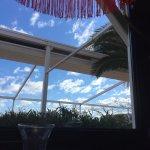 Le devant du restaurant et une vue sur l'extérieur de notre place