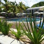 Fijn zwembad met de hotelkamers op de achtergrond