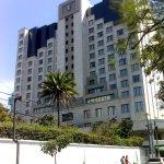 es justo en la 14 calle a pocos metros de un lujoso hotel y de otro legendario lujoso hotel