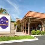 W Katella Ave, Anaheim - Kings Inn Hotel Near Disneyland - Only 2 block walk to Disneyland!