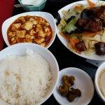 日替わりランチ 豚肉と野菜の炒めもの、スープ、何注文しても付いてくる麻婆豆腐と杏仁豆腐