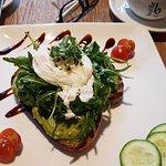 Eggs n`Toast, mit Avocadocreme, pochiertem Bio-Ei Rucola....