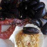 Mix di pesce: gamberoni al sale, cozze, e cappe sante gratinate