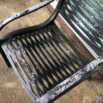 Sitzgelegenheit aus Metall, ungemütlich, abgenutzte Farbe