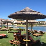 La gran piscina tiene agua salada. Al frente suele estar la lancha a la playa privada.