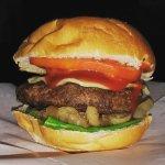 La favorita del jefe, hamburguesa con cebollas caramelizadas, aros de cebolla y queso jalapeño j