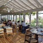Comedor en terraza cubierta, con vistas