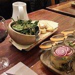 Assiette apéritive végé : salade noisettes parmesan, caviar d'aubergines, fèves/jambon sec...
