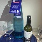 Flasche Wein auf dem Zimmer bei Paket-Buchung