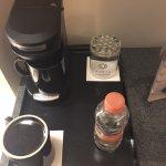 Servicio de café sin café y solo con mini botella de agua, solo 1 de 5 días dejaron sobre de caf