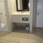 DAYS INN AIRPORT/MAINE MALL – VANITY AREA & TILED ENTRY SHOWS