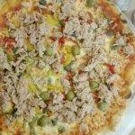 Pizza au thon, capres, olives, poivrons
