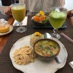 Muqueca de palmito pupunha com arroz integral e farofa com banana da terra