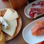 Plateau de fromages, tapas au saumon, pan con tomate