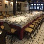 Salón de los Doce Escudos con mesa imperial para unas 30 personas con luz natural