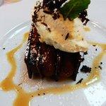 Millefeuille de chocolat noir, mousseline chocolat blanc truffé, jus parfumé au rhum épicé