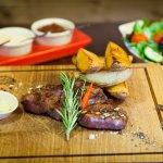 Lahodný,vyzretý, mäkučký dry-age steak z vysokej roštenky s výraznou hovädzou chuťou.