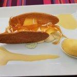 Dessert aux écorces confites, morceaux mangues frais, boule de mangue servi entre 2 feuilles de