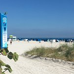 przy wejściu na plażę darmowy krem z filtrem