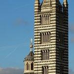 il campanile del dujomo dalla finestra di una saletta